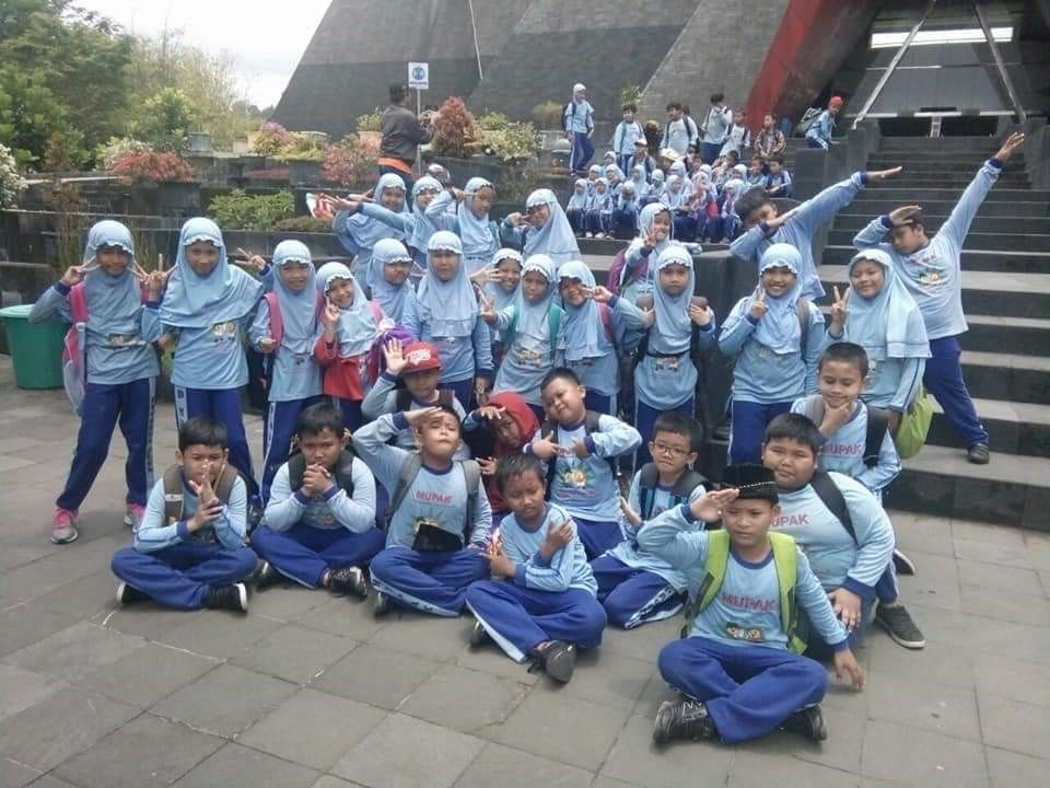 Siswa SD Muhammadiyah Pakel yang megikuti program outdoor school learning di Museum Gunung Api