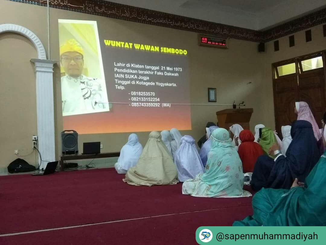 Ust. Wuntat Wawan Sembodo sedang menyampaikan Achievement Motivation Training (AMT)